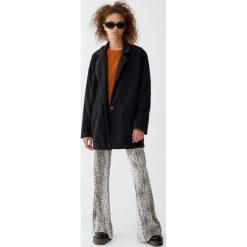 Luźny płaszcz z dzianiny. Szare płaszcze damskie marki Pull&Bear, z dzianiny. Za 139,00 zł.