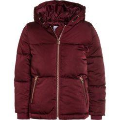 Outfit Kids PADDED CRANBERRY Kurtka zimowa red. Czerwone kurtki chłopięce zimowe marki Outfit Kids, z materiału. W wyprzedaży za 151,20 zł.