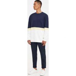 Lekka bawełniana bluza z trzema panelami. Żółte bejsbolówki męskie Pull&Bear, m, z bawełny. Za 48,90 zł.