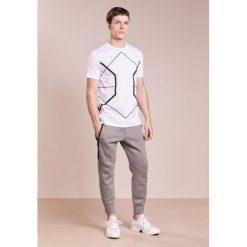 Neil Barrett BLACKBARRETT SYMMETRIC LINES CREW NECK Tshirt z nadrukiem white/black. Niebieskie koszulki polo marki Tiffosi. W wyprzedaży za 440,30 zł.