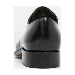 Barker DARLINGTON Eleganckie buty black. Czarne buty wizytowe męskie marki Barker, z materiału. W wyprzedaży za 889,85 zł.