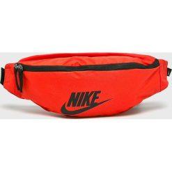 Nike Sportswear - Nerka. Czerwone walizki marki Nike Sportswear, w paski, z materiału, małe. Za 79,90 zł.