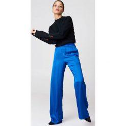 Bluzy damskie: NA-KD Bluza z haftowanymi różami na rękawach - Black