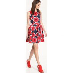 SUKIENKA DAMSKA W KWIATY. Szare sukienki hiszpanki Top Secret, w kwiaty, na ramiączkach, rozkloszowane. Za 69,99 zł.