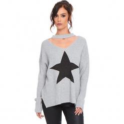 """Sweter """"Etoile"""" w kolorze jasnoszarym. Szare swetry klasyczne damskie marki Cosy Winter, s, prążkowane, z okrągłym kołnierzem. W wyprzedaży za 136,95 zł."""