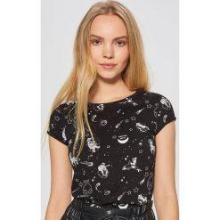 Koszulka z nadrukiem all over - Czarny. Czarne t-shirty damskie marki Cropp, l, z nadrukiem. Za 29,99 zł.