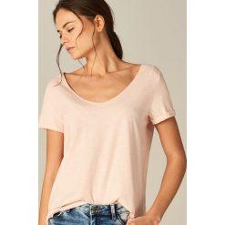 Bawełniana koszulka z dekoltem w szpic - Różowy. Czerwone t-shirty damskie marki Mohito, s, z bawełny. Za 19,99 zł.