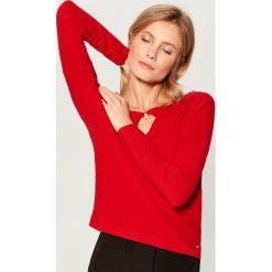 Sweter z biżuteryjnym detalem - Czerwony. Czerwone swetry klasyczne damskie Mohito, m. Za 69,99 zł.
