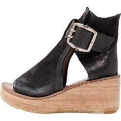 A.S.98 Sandały na platformie schwarz. Czarne sandały damskie A.S.98, z materiału, na platformie. Za 969,00 zł.