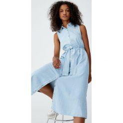 Sukienka koszulowa z wiązaniem. Szare sukienki z falbanami marki Pull&Bear, z jeansu, z koszulowym kołnierzykiem, koszulowe. Za 109,00 zł.