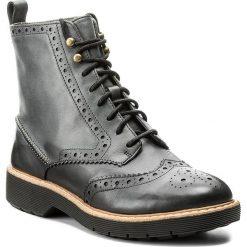 Botki CLARKS - Witcombe Flo 261300374 Dark Grey Leather. Czarne buty zimowe damskie marki Clarks, z materiału. W wyprzedaży za 369,00 zł.