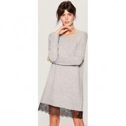 Swetrowa sukienka z koronką - Jasny szar. Czerwone sukienki koronkowe marki Mohito, l, w koronkowe wzory. Za 129,99 zł.
