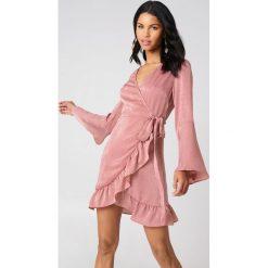Sukienki: Qontrast X NA-KD Satynowa sukienka kopertowa – Pink