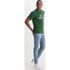 Lacoste Tshirt z nadrukiem vert. Zielone koszulki polo Lacoste, m, z nadrukiem, z bawełny. Za 219,00 zł.