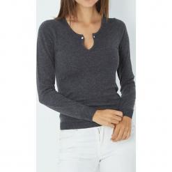 Sweter w kolorze antracytowym. Szare swetry klasyczne damskie marki William de Faye, z kaszmiru, z okrągłym kołnierzem. W wyprzedaży za 136,95 zł.