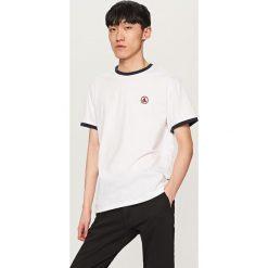 T-shirt z aplikacją - Biały. Białe t-shirty męskie marki Reserved, l, z aplikacjami. Za 39,99 zł.