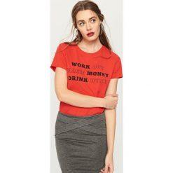 T-shirt z napisem - Czerwony. Czerwone t-shirty męskie marki House, l, z napisami. Za 24,99 zł.