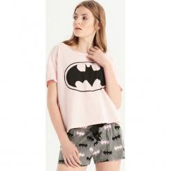 Dwuczęściowa piżama z Batmanem - Różowy. Czerwone piżamy damskie Sinsay, l, z motywem z bajki. Za 49,99 zł.