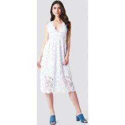 NA-KD Boho Koronkowa sukienka z głębokim dekoltem V - White. Niebieskie sukienki boho marki NA-KD Boho, na imprezę, w koronkowe wzory, z koronki, na ramiączkach, mini. Za 242,95 zł.