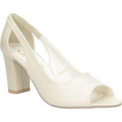 Czółenka na słupku Casu 1399. Białe buty ślubne damskie marki Born2be, na niskim obcasie, na słupku. Za 89,99 zł.