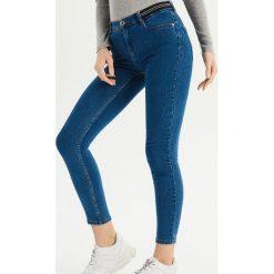 Jeansy skinny ze średnim stanem - Niebieski. Niebieskie spodnie z wysokim stanem Sinsay, z jeansu. Za 39,99 zł.