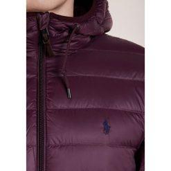 Polo Ralph Lauren Kurtka puchowa autumn wine. Czerwone kurtki męskie puchowe Polo Ralph Lauren, na zimę, m, z materiału. W wyprzedaży za 944,25 zł.