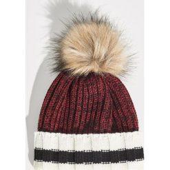 Prążkowana czapka z pomponem - Bordowy. Czerwone czapki zimowe damskie marki Sinsay, prążkowane. Za 24,99 zł.