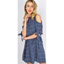 Sukienki hiszpanki: Sukienka w kwiaty z odkrytymi ramionami