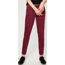 Spodnie Chino z paskiem - Bordowy. Czerwone chinosy damskie marki Mohito, z bawełny. Za 89,99 zł.