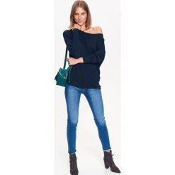 CIENKI SWETER Z ZAKŁADKĄ NA PLECACH. Szare swetry klasyczne damskie Top Secret, na jesień. Za 49,99 zł.