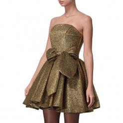 Sukienka w kolorze złotym. Żółte sukienki mini marki BOHOBOCO, z dekoltem karo, rozkloszowane. W wyprzedaży za 1759,95 zł.