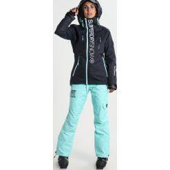 Superdry Kurtka snowboardowa scratch navy/fluro mint. Niebieskie bomberki damskie Superdry, xxs, z materiału, narciarskie. W wyprzedaży za 871,20 zł.