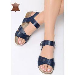 Granatowe Skórzane Sandały Behind The World. Niebieskie sandały damskie marki Born2be, z materiału, na obcasie. Za 99,99 zł.