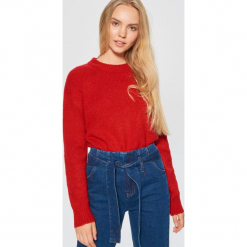 Sweter o klasycznym kroju - Czerwony. Czerwone swetry klasyczne damskie Cropp, l, z klasycznym kołnierzykiem. Za 79,99 zł.