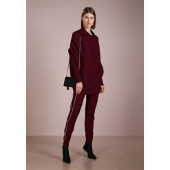 DESIGNERS REMIX RIBLY DRAPE Sweter burgundy. Białe swetry klasyczne damskie marki DESIGNERS REMIX, z elastanu, polo. Za 969,00 zł.