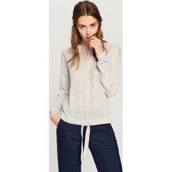 Sweter z wiązaniem na dole - Jasny szar. Białe swetry klasyczne damskie marki Reserved, l. W wyprzedaży za 29,99 zł.