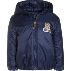 MOSCHINO PADDED Kurtka zimowa dark blue. Niebieskie kurtki chłopięce MOSCHINO, na zimę, z materiału. W wyprzedaży za 417,45 zł.