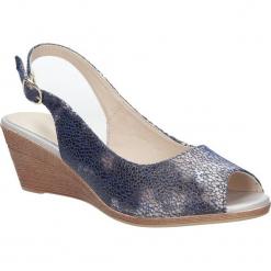Niebieskie sandały na koturnie w kwiaty mozaika Sergio Leone SK811- 07X. Białe sandały damskie marki Casu, w kwiaty, na koturnie. Za 69,99 zł.