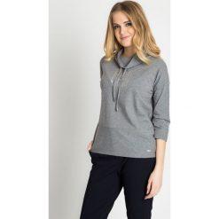 Szara bluza z dżetami z przodu QUIOSQUE. Szare bluzy sportowe damskie marki QUIOSQUE, z dzianiny, z długim rękawem, długie. W wyprzedaży za 49,99 zł.