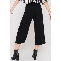 Rut&Circle Spodnie z rozcięciami Ofelia - Black. Zielone spodnie z wysokim stanem marki Rut&Circle, z dzianiny, z okrągłym kołnierzem. Za 161,95 zł.