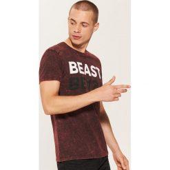 T-shirt z napisem - Czerwony. Czerwone t-shirty męskie House, l, z napisami. Za 49,99 zł.