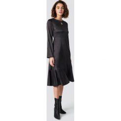 Emilie Briting x NA-KD Satynowa sukienka z długim rękawem - Black. Czarne długie sukienki marki Emilie Briting x NA-KD, z materiału, z długim rękawem, w kształcie a. Za 242,95 zł.