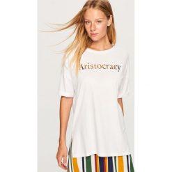 T-shirt z błyszczącym nadrukiem - Biały. Białe t-shirty damskie marki Reserved, l, z dzianiny. Za 39,99 zł.
