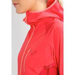 Dynafit TRANSALPER  Kurtka Softshell hibiscus. Czerwone kurtki damskie softshell marki Dynafit, z materiału. W wyprzedaży za 535,20 zł.