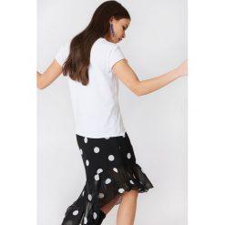 NA-KD T-shirt z błyszczącym zdobieniem z przodu - White. Białe t-shirty damskie marki NA-KD. W wyprzedaży za 18,29 zł.