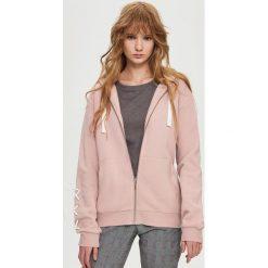 Bluzy damskie: Bluza z ozdobnym wiązaniem – Różowy