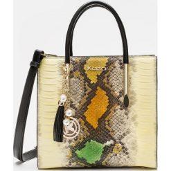 Beżowa torebka damska. Brązowe torebki klasyczne damskie Kazar, w paski, ze skóry, z tłoczeniem, z breloczkiem. Za 1199,00 zł.