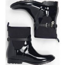 MICHAEL Michael Kors CHARM Kalosze admiral. Czarne buty zimowe damskie marki MICHAEL Michael Kors, z gumy, przed kolano, na wysokim obcasie. W wyprzedaży za 487,20 zł.