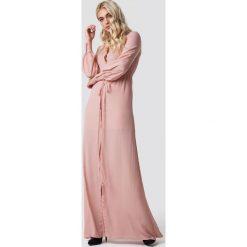 MANGO Sukienka maxi Mia-a - Pink. Szare długie sukienki marki Mango, na co dzień, l, z tkaniny, casualowe, z dekoltem halter, na ramiączkach, rozkloszowane. Za 323,95 zł.