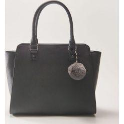 Torba typu tote z brelokiem - Czarny. Czarne torebki klasyczne damskie House, z breloczkiem. Za 99,99 zł.